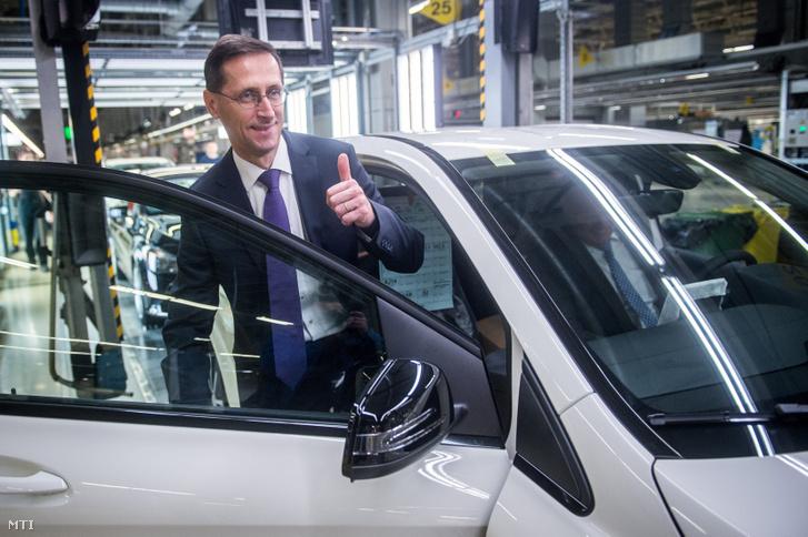 Varga Mihály nemzetgazdasági miniszter (b) és Christian Wolff, a Mercedes-Benz Manufacturing Hungary Kft. (MBMH) ügyvezető igazgatója (az autóban) a Mercedes-Benz gyár összeszerelő üzemében Kecskeméten 2017-ben