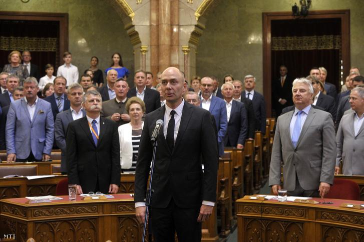 Kozma Ákos, az alapvető jogok biztosa esküt tesz megválasztása után az Országgyűlés plenáris ülésén 2019. július 2-án
