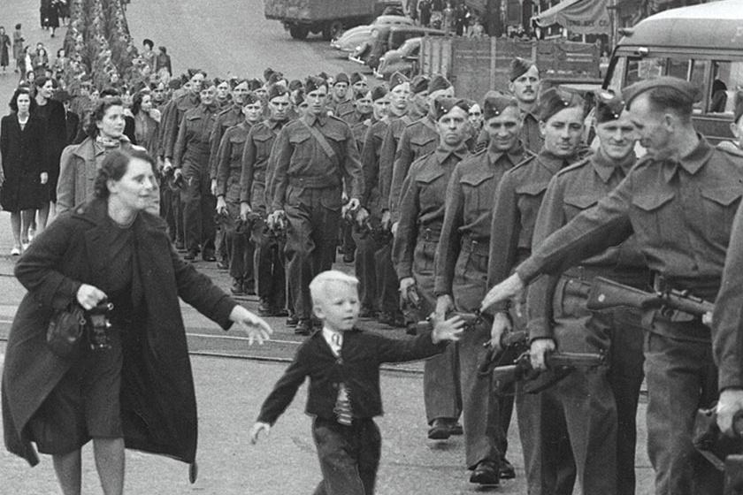 """Claude P. Detloff: Apa, várj! A felvétel 1940-ben készült, a világháború egyik legikonikusabb felvétele. Egy kisfiút, az ötéves Warren """"Whitey"""" Bernardot örökítette meg, aki katona édesapja után szaladt, amikor a Brit Kolumbiai Ezred Kanadában a Columbia Avenue felé menetelt."""