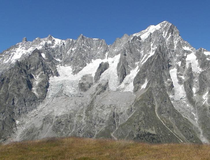 A Grandes Jorasses hegy déli oldala a gleccserrel