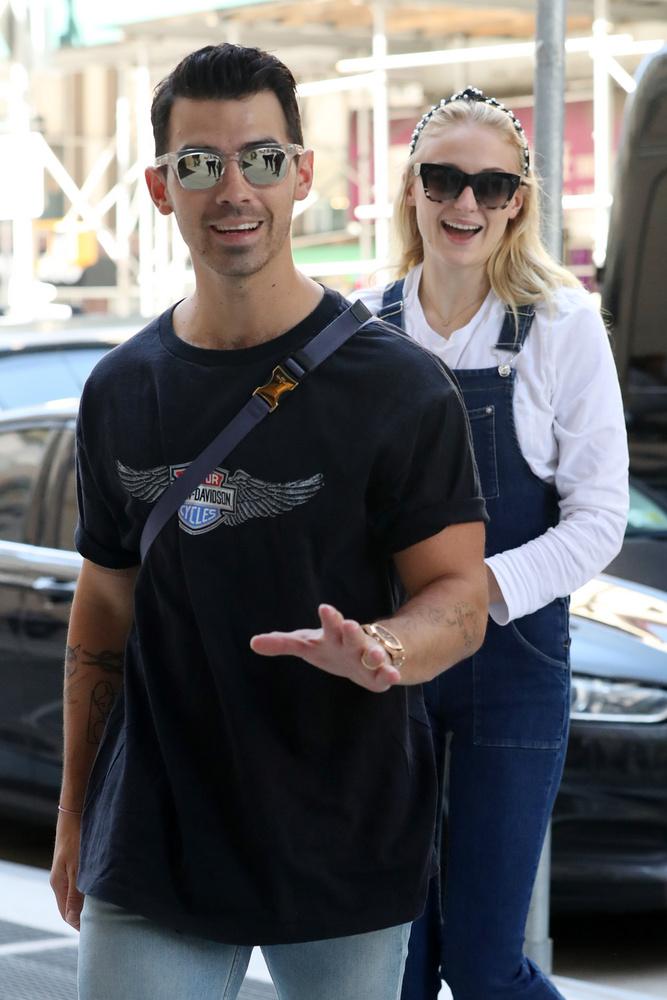 Sophie Turner & Joe JonasA friss házasok általában mókásan rendezik le az őket követő fotósokat
