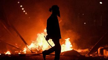 Összecsaptak a rendőrök és a tüntetők Jakartában, több százan sebesültek meg