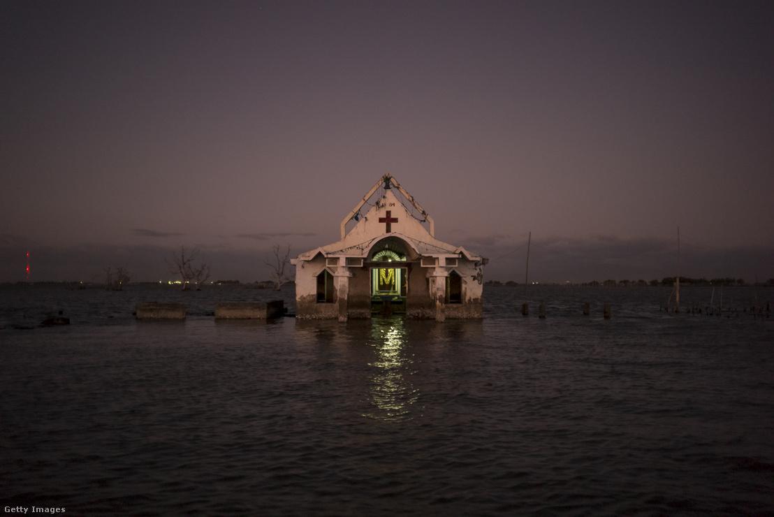 Elárasztott templom a Fülöp-szigetek egy a tengerszint-emelkedés által különösen sújtott részén 2018 novemberében