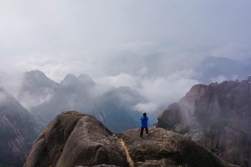 A felhők fölé tornyosuló csúcsok fentről nézve időnként lebegő hegy látszatát keltik. Ide vezet a világ legveszélyesebb gyalogos túrája.
