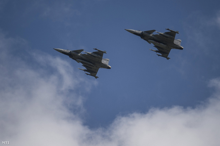 Magyar Gripen vadászrepülőgépek gyakorló repülése Litvániában