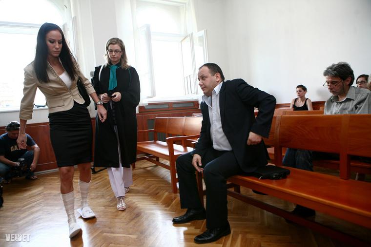 Ez a kép szintén 2011 nyarán készült: június 16-án volt Damu Roland tárgyalása, ahol volt szerelme, Palácsik Tímea is megjelent.