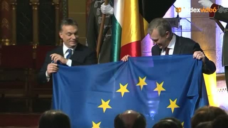 Fordított zászlóval pózolt a belga és a magyar miniszterelnök