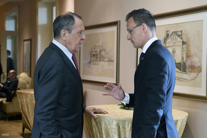 Russian Minister of Foreign Affairs Sergey Lavrov (l) and his Hungarian colleague Péter Szijjártó (r)