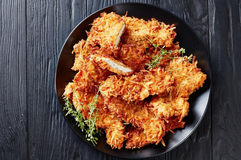 Tejfölös csirkemell krumplibundában sütve: kívül ropogós, belül puha