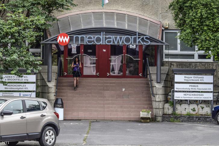 A Mediaworks (volt Népszabadság) épületének bejárata a III. kerület Bécsi út 122-124-ben