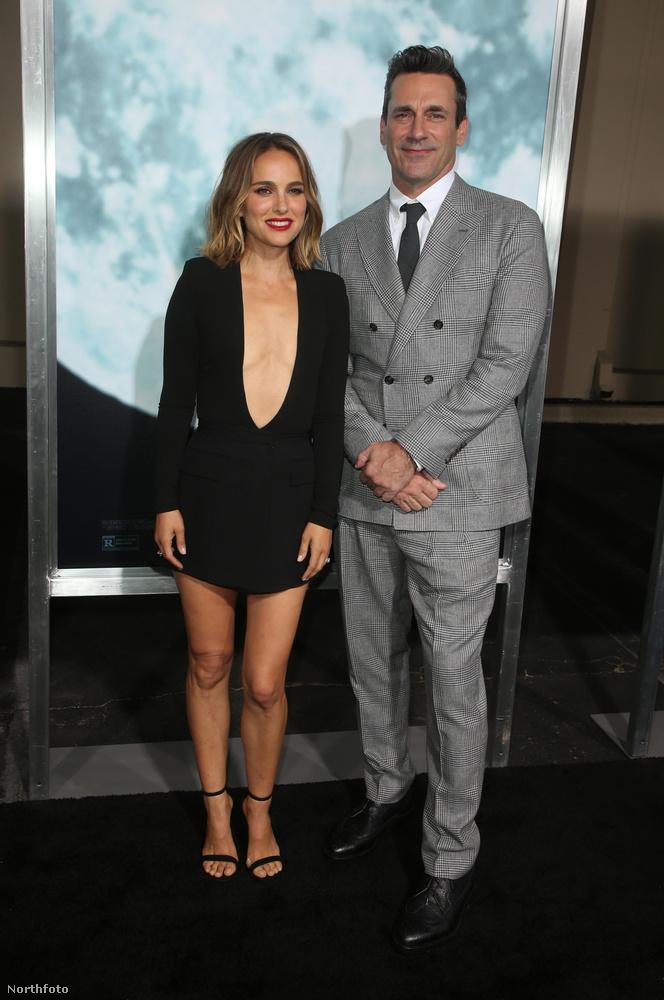 A film férfi főszereplője, Jon Hamm úgy állt meg a femme fatale külsejű színésznő mellett, mint egy megszeppent iskolás, ...