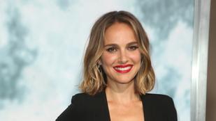 Úgy néz ki, mintha Natalie Portman ruhájából egy hatalmas darab hiányozna, természetesen a mellénél
