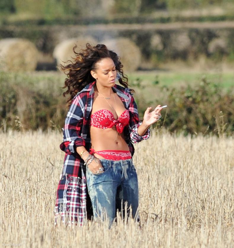És zárjuk ezt a lapozgatót egy olyan fotóval, amin Rihanna éppen a We Found Love klipjét forgatja! 2011 őszén a dal frenetikus fogadtatása még az Umbrella sikerét is elhomályosította, és Rihanna decemberben Budapesten is fellépett, de amint azt pár évvel később a Szigeten is tapasztalni lehetett, az énekesnő nem az élő fellépésekben a legjobb