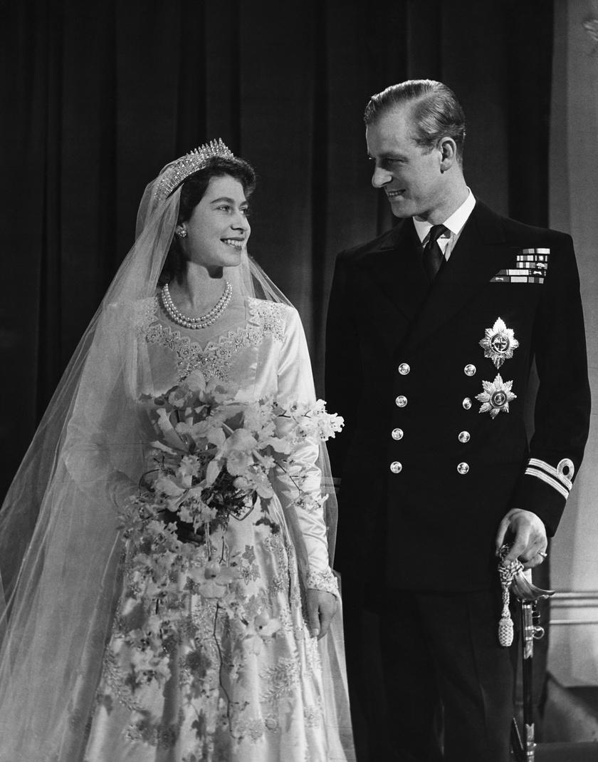 Erzsébet - akit esküvője után öt évvel választottak meg királynővé - csak úgy ragyogott választottja oldalán.