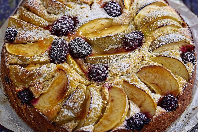 Ellenállhatatlan piskóta almával és szederrel: a magas és puha tészta trükkjei