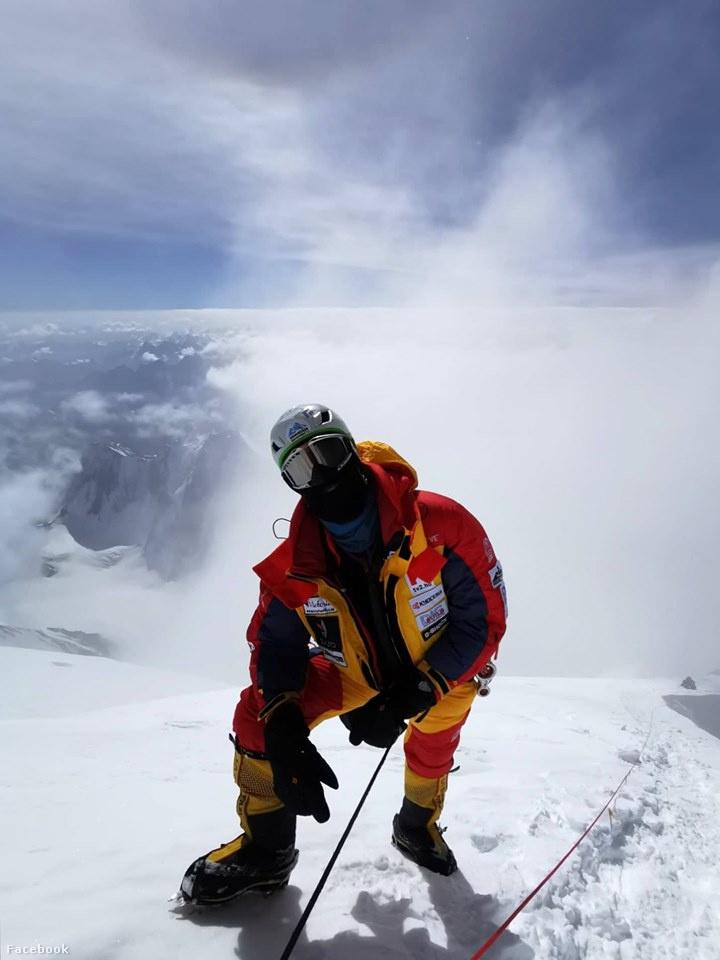 Suhajda Szilárd egy lefelé tartó alpinista által készített fotón, hátizsák nélkül