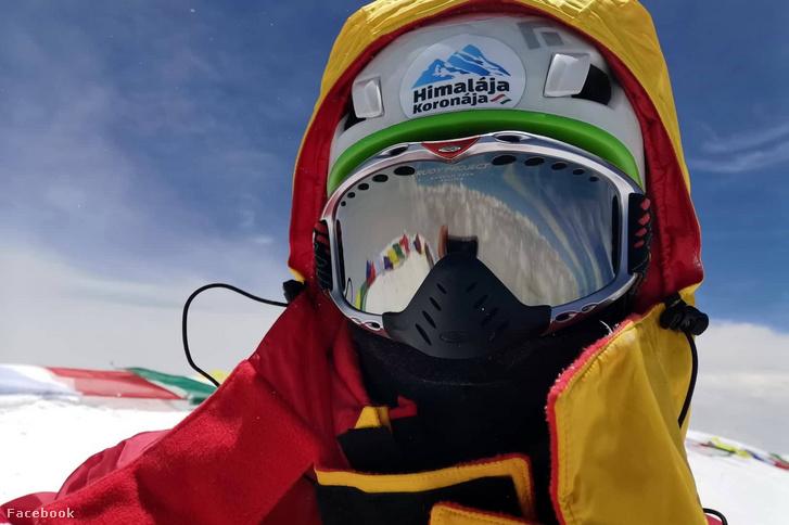 """""""Földünk második legmagasabb pontján. Suhajda Szilárd – egyedül – a K2 csúcsán"""" – olvasható Suhajda Facebook-oldalára posztolt fotó mellett"""