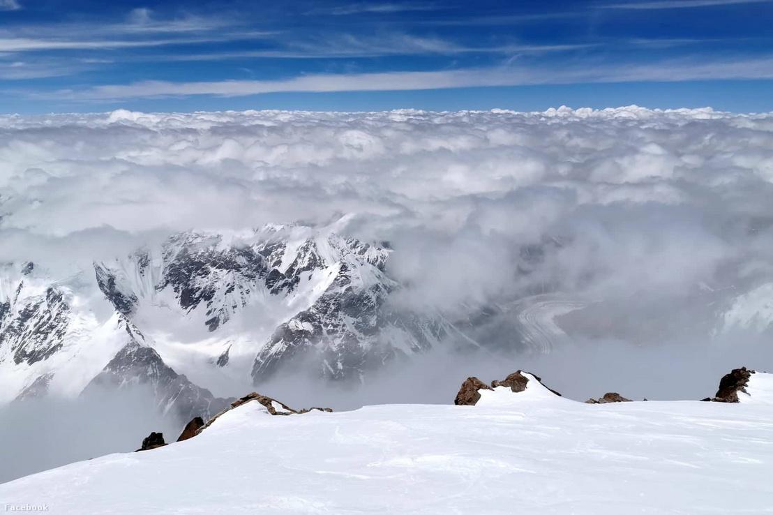 """""""Minden irányba kinyílt a panoráma. A K2 csúcsáról nézve eltörpülnek a Karakorum hegyeinek ezrei."""""""