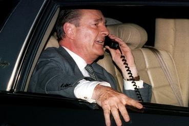 Az újonnan megválasztott Jacques Chirac telefonál a kocsiban Párizsban 1995 május 7-én
