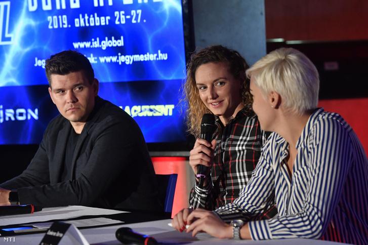 Hosszú Katinka, Szekeres Dorina menedzser és Petrov Árpád edző társaságában a Iron Team sajtótájékoztatóján