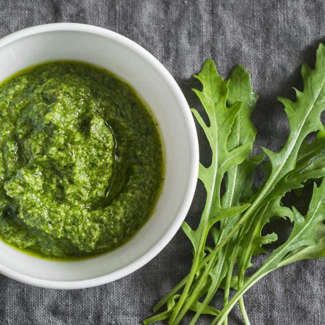 Kellemesen csípős mustáros-rukkolás öntet: salátákhoz és húsokhoz is passzol