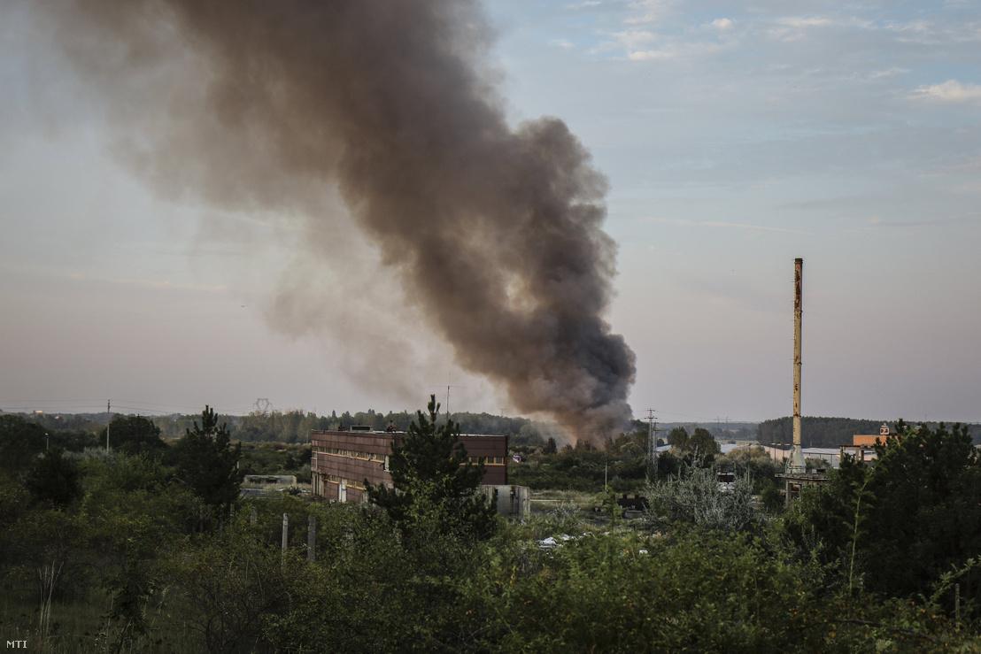 A királyszentistváni hulladéklerakóban keletkezett tűz füstje száll fel 2019. augusztus 10-én