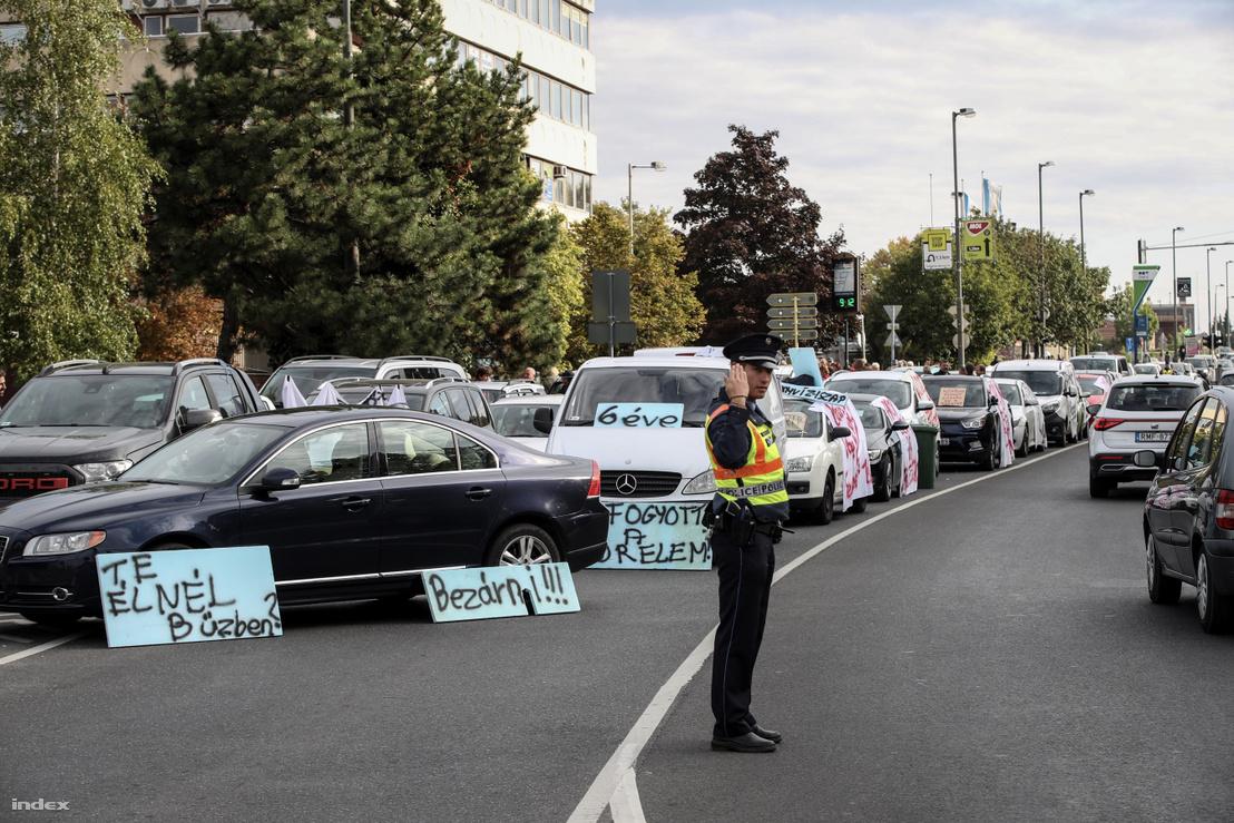 Forgalomlassító tüntetés Veszprém legforgalmasabb csomópontjában