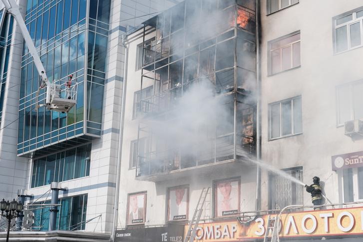 Langoló erkélyt oltanak tűzoltók Jekatyerinburgban 2019 júniusában