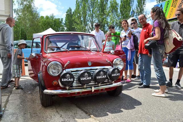 Az autó építője, Fehér Gergő (piros pólóban) begyűjti az elismeréseket és rettentő zavarban van