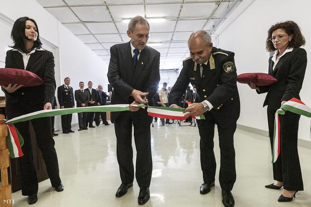 Pintér Sándor és Csóti András, a büntetés-végrehajtás megbízott országos parancsnoka felavatja a sütőüzemet