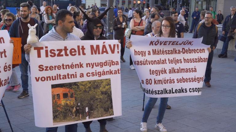 Késik, koszos, nem foglalkoznak az emberekkel - tüntettek a MÁV ellen