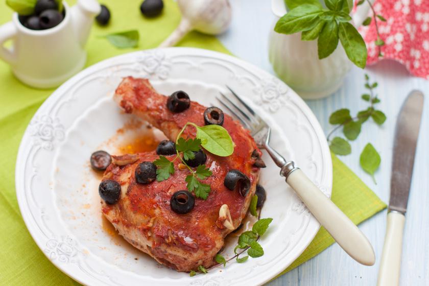 Omlós csirke fűszeres, paradicsomos szószban sütve: mindenki kér repetát