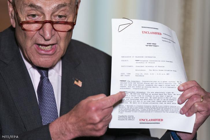Chuck Schumer, a demokraták szenátusi frakciójának vezetője mutatja a Donald Trump amerikai és Volodimir Zelenszkij ukrán elnök július végi telefonbeszélgetésének leiratát a sajtó képviselőinek Washingtonban 2019. szeptember 26-án.