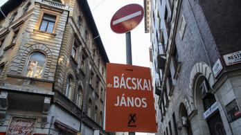 Nem sért szabályt, ha KRESZ táblán lóg a kampányplakát