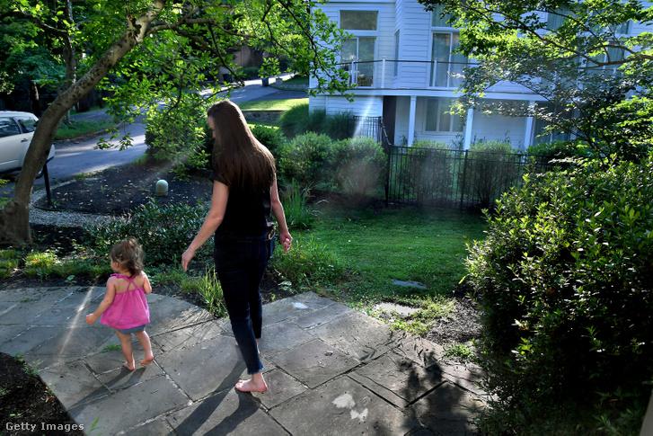 A képen látható 21 hónapos amerikai kislány édesanyja is azzal küzdött 2017-ben, hogy egy kétmillió dolláros korábbi génterápiás módszerre egészségbiztosítási keretet szerezzen az SMA-vel küzdő kislánya számára.