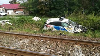 Rendőrautóval ütközött a Vácról Budapestre tartó vonat
