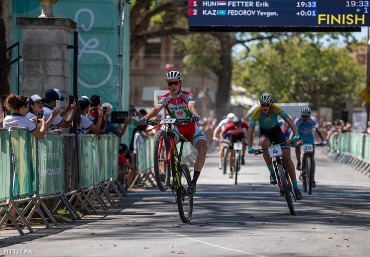 Fetter Erik, a férfi kerékpározók kombinált csapatversenyének rövid szakaszú cross-country döntőjének győztese a III. nyári ifjúsági olimpián Buenos Airesben 2018. október 16-án.