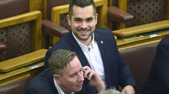 A fideszes hetilapban arról írnak, hogy az ellenzéki jelölt kutyákkal etetné a dunaújvárosiakat