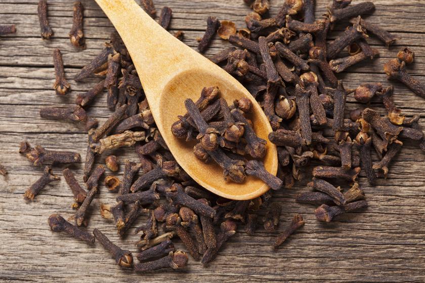A szegfűszeget rágó helyett is használhatod, hiszen sok eugenolt és antibakteriális anyagot tartalmaz. Kellemes íze és illata pedig elfedi a kellemetlen szagokat.