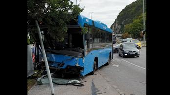 Csúnya baleset volt a Döbrentei térnél, leszakadt az 5-ös busz eleje