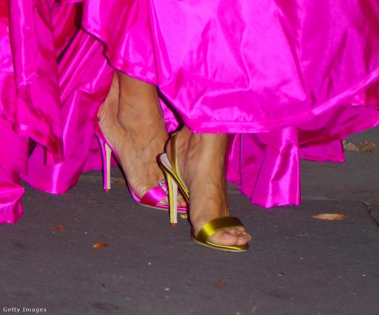Mint azt látja, kiderült, hogy a színésznő lábbelije is ugyanannyira bizarr, mint a ruhája: egyik lábán arany, a másikon pedig magenta színű tűsarkút visel