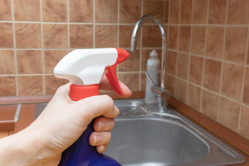 Vízkőtelenítőt szigorúan tilos gumikesztyű nélkül alkalmazni.