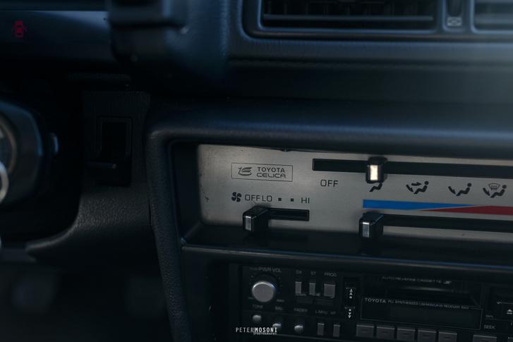 Amikor még a típusnak is külön jele volt. A gyári rádió tökéletesen működteti a motoros antennát