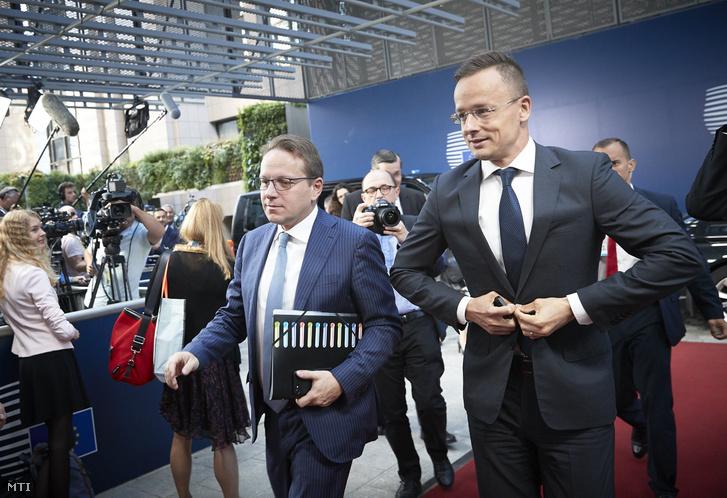 Az Európai Unió Tanácsa által közreadott képen Szijjártó Péter külgazdasági és külügyminiszter és Várhelyi Olivér nagykövet, a brüsszeli Állandó Képviselet vezetõje (b) az Európai Unió külügyminisztereinek brüsszeli ülésén 2018. július 16-án.