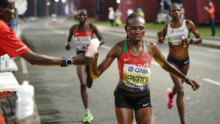 A fojtogató pára túlélőversenyt csinált a női maratonfutásból