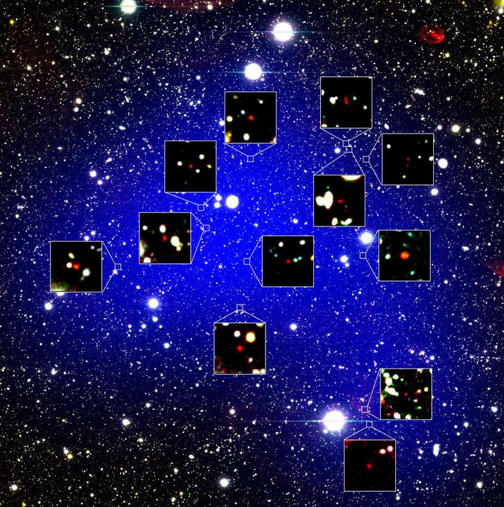 A kék árnyalat mutatja a protohalmaz kiterjedését, minél kékebb, annál sűrűbb a galaxissűrűség a protohalmazban. A kinagyított részben a vörös pontok jelzik a 12 galaxist.