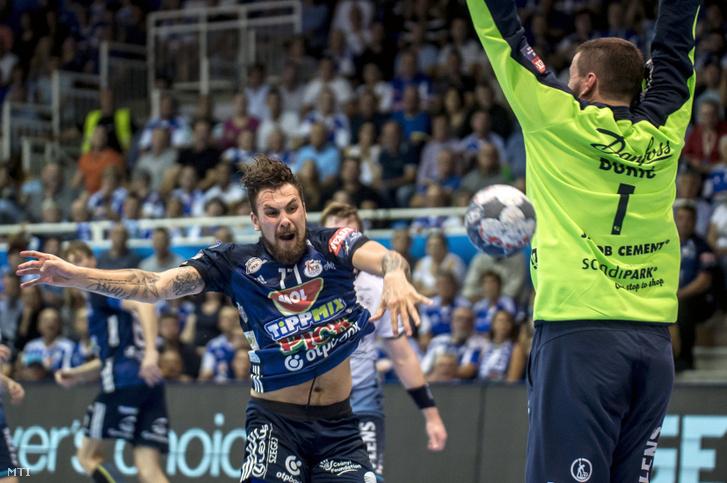 A szegedi Bogdan Radivojevic (b) és Benjamin Buric a német csapat játékosa