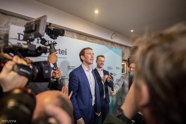 Sebastian Kurz kancellár, az Osztrák Néppárt (ÖVP) listavezetője (b) és Gernot Blümel, a bécsi ÖVP elnöke választási kampányrendezvényt tart Bécsben 2019. szeptember 28-án