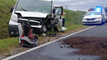 Gyerekeket szállító kisbusz ütközött Bakonyjákónál, egy 27 éves nő meghalt