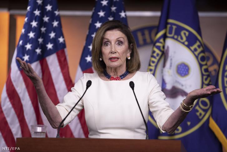 Nancy Pelosi az amerikai Képviselõház demokrata párti elnöke sajtótájékoztatót tart a törvényhozás washingtoni épületében a Capitoliumban 2019. szeptember 26-án. Pelosi bejelentette hogy az alsóház hivatalosan elindítja az alkotmányos felelősségrevonási-eljáráshoz (impeachment) szükséges vizsgálatot Donald Trump elnök ellen a Volodimir Zelenszkij ukrán elnökkel folytatott július végi telefonbeszélgetésük nyomán.